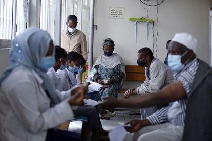 Mayores de 55 años reciben la vacuna de AstraZeneca en un centro sanitario de Addis Abeba (Etiopía), el pasado 14 de abril.