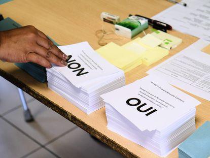 Una persona elige una papeleta para el referéndum sobre su independencia de Francia celebrado este domingo en Nueva Caledonia, un archipiélago del Pacífico Sur.