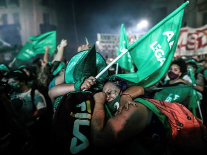 Mujeres argentinas celebran la aprobación del aborto este miércoles ante el Congreso, en Buenos Aires.