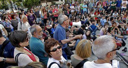 Participantes de la asamblea que tuvo lugar ayer en la plaza del Ayuntamiento de Valencia.