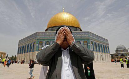 Un hombre reza frente a la mezquita de Al Aqsa, en Jerusalén, el pasado mes de mayo.