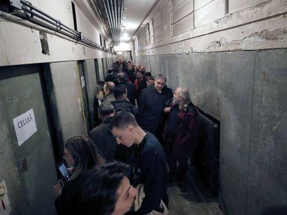 Un grupo de personas visita las celdas de la Securitate, en el sótano del Ministerio del Interior, este domingo en Bucarest. En vídeo, repaso de la última etapa de la dictadura de Nicolae Ceausescu.