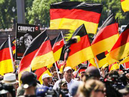 """Afd alardea de su creciente asertividad y unos 5.000 seguidores recorren el centro de la capital alemana pertrechados de banderas alemanas y al grito de """"fuera Merkel"""""""
