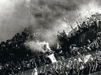 Hinchada en un estadio de fútbol español durante un partido disputado en 1992.
