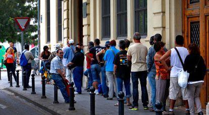 Usuarios del comedor de Casa Caridad en Valencia.