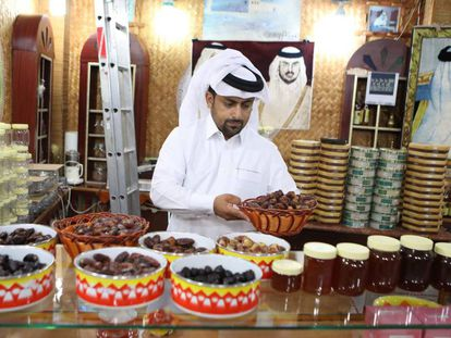 Un comerciante vende dátiles y miel en una tienda de Doha, la capital de Qatar