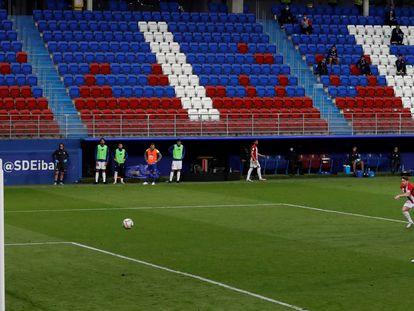 Orellana marca de penalti ante el Athletic Club.