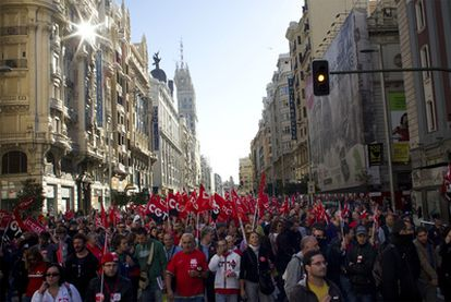 Cientos de manifestantes recorren la Gran Vía de Madrid.