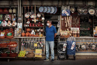 Un comerciante en la puerta de su tienda, el 29 de septiembre en Valencia.
