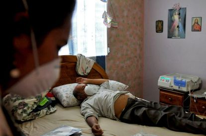 Adolfo Nieto, uno de los afectados por la glicerina industrial, durante una sesión de diálisis en su casa, en julio de 2008