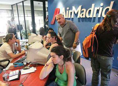 Pasajeros afectados por la crisis de Air Madrid en Buenos Aires el pasado mes de diciembre.