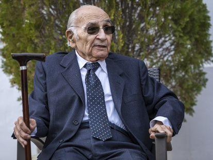 El poeta Francisco Brines, en su casa de Oliva (Valencia), tras recibir la Alta  Distinción de la Generalitat, de manos del presidente Ximo Puig, el 16 de diciembre de 2019.
