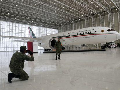 Un integrante de la Fuerzas Armadas posa delante del avión presidencial de México, en julio.