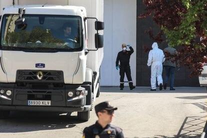 Llegada de camiones frigoríficos industriales al Palacio de Hielo de Madrid con féretros en su interior para la conservación de los cadáveres de las personas fallecidas por covid en marzo de 2020.