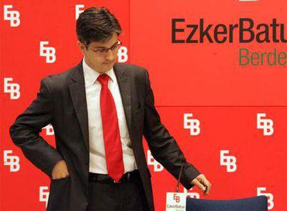 Mikel Arana, portavoz de la presidencia de Ezker Batua, en la rueda de prensa en Bilbao.