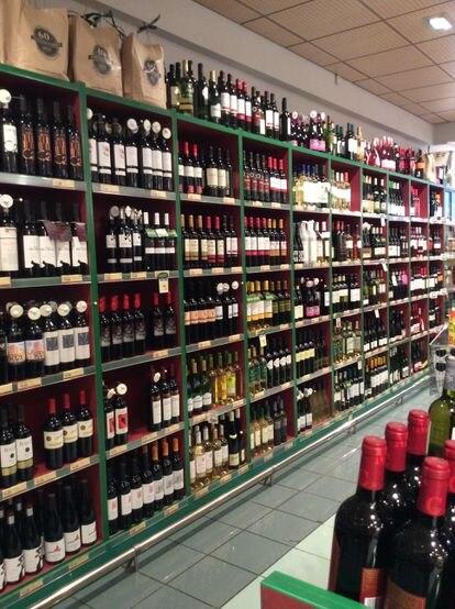 Estantería de vinos en un supermercado.