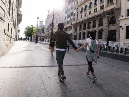 Una pareja pasea cogida de la mano por las calles de Madrid, en el segundo día tras el confinamiento el pasado 3 de mayo.