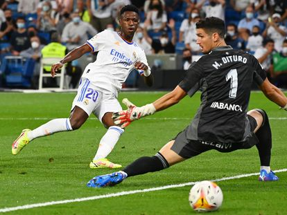 Vinicius marca el tercer gol del Real Madrid al portero del Celta, Dituro.