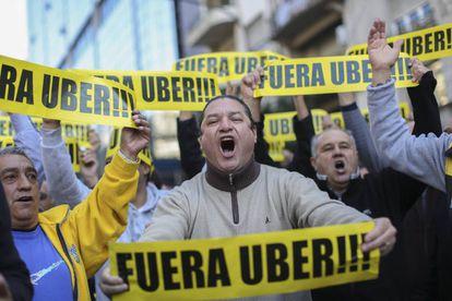 Taxistas protestan contra Uber en Buenos Aires.
