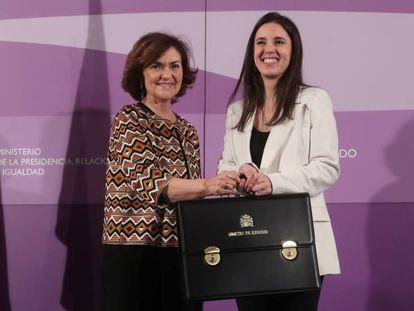 La vicepresidenta primera del Gobierno, Carmen Calvo, hace entrega a la ministra Irene Montero la cartera de Igualdad en enero de 2020.