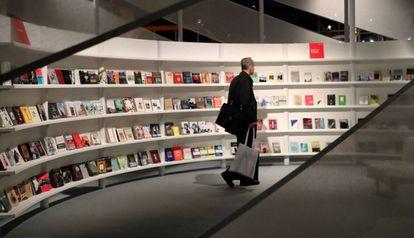 Un visitante ante uno de los espacios de la Feria del Llibro de Fráncfort.