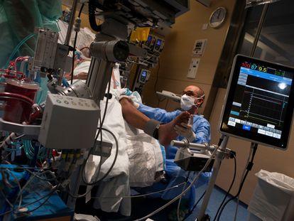 Un paciente en la UCI del Hospital Vall d'Hebron al que se le aplica el programa de tratamiento ECMO.