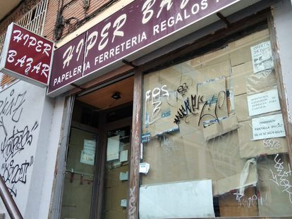 Bazar chino cerrado en el distrito madrileño de Chamberí.