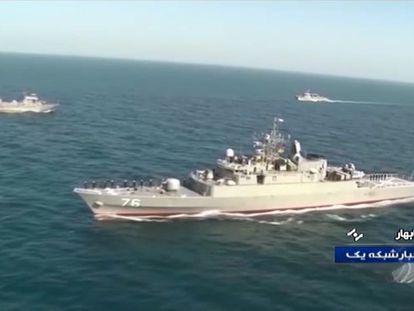 Imagen difundida por la cadena iraní TV IRIB de la fragata 'Jamaran', en unos ejercicios en el golfo de Omán.