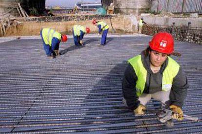 Gloria Gómez y sus compañeras trabajan el hierro.