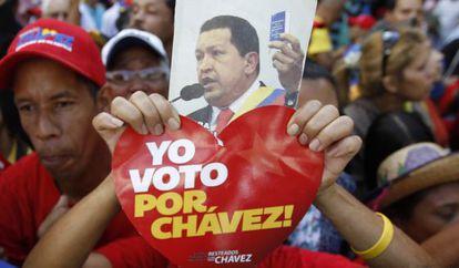 Una seguidora de Chávez, ante la Asamblea Nacional el pasado sábado.