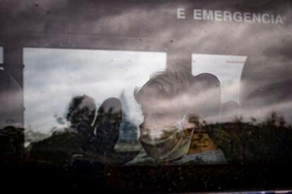 Una de las residentes trasladadas en autobús.