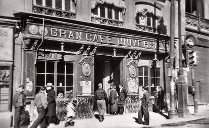 El Café Universal, ubicado en la Puerta del Sol de Madrid, en 1938.