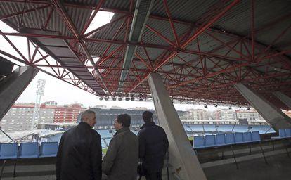 El teniente de alcalde de Vigo, Carlos Font (c), durante su visita al estadio municipal de Balaídos tras el temporal en febrero