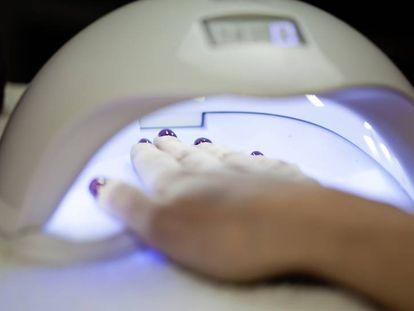 Una lámpara de secado UV/LED es imprescindible para hacer una manicura semipermanente casera.
