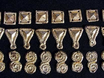 Láminas de oro repujado aparecidas sobre la frente y el cuello de una de las aristócratas suevas.