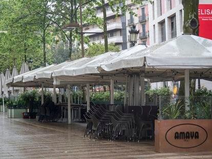Terraza del restaurante Amaya en las Ramblas de Barcelona, cerrada durante la crisis del coronavirus.