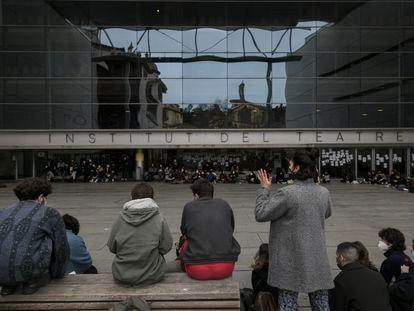 Asamblea de los estudiantes del Institut del Teatre de Barcelona sobre los presuntos abusos sexuales del profesor Joan Ollé.