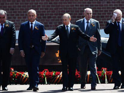 Putin (centro), acompañado de derecha a izquierda por el presidente de Bielorrusia, Alexander Lukashenko, el de Abjazia, Aslan Bzhania, Moldavia, Igor Dodon, y Tayikistán, Emomali Rahmon, en un acto durante el desfile por el Día de la Victoria sobre los nazis, este miércoles en Moscú.