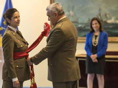 El general Varela poniéndole el fajín de general a Patricia Ortega, en presencia de la ministra Margarita Robles. En vídeo, así fue el acto.