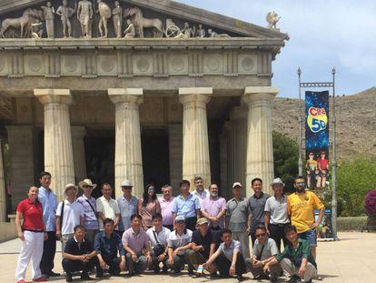 La delegación norcoreana ante uno de los templos de Terra Mítica, en Benidorm.