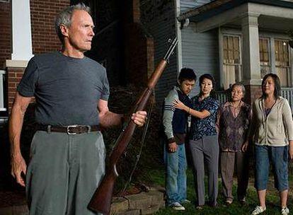 Clint Eastwood, junto a sus vecinos, en un fotograma de <i>Gran Torino.</i>