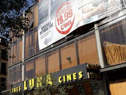 El edificio de los cines, con el cartel promocional del gimnasio.
