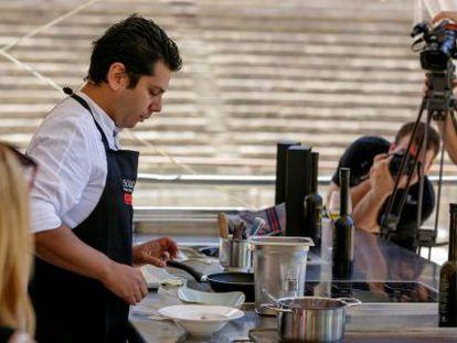 El chef Diego Gallegos, durante uno de los talleres de cocina, en Málaga.