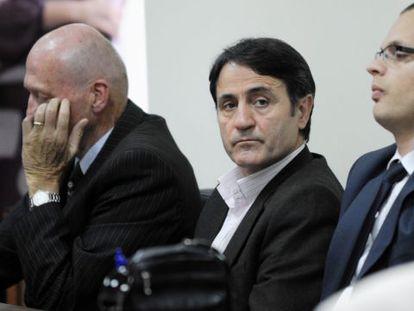 Uno de los condenados, el urólogo Lutfi Dervishi, ante el tribunal.