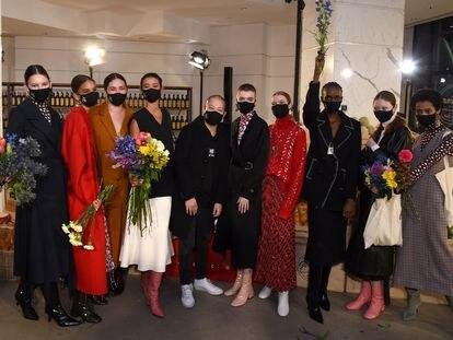 Jason Wu posa con algunas de las modelos tras su desfile, celebrado en Nueva York el 14 de febrero de 2021.