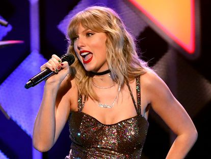 Taylor Swift, la artista que más dinero genera en EE UU, en una actuación en directo.