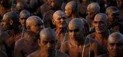 Un grupo de hombres hindúes participa en un ritual de iniciación en la ciudad india de Allahabad, el pasado 8 de febrero.