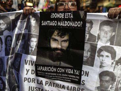Una mujer pide por la aparición con vida de Santiago Maldonado durante una manifestación a Plaza de Mayo, el 1 de septiembre pasado.