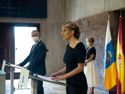 Yolanda Díaz, ministra de Trabajo (en el centro), junto al presidente de Canarias, Ángel Víctor Torres, el pasado 3 de junio en Santa Cruz de Tenerife.