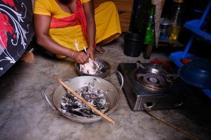 La trabajadora sexual Shuma prepara la comida en su habitación por la mañana temprano. Burdel de Kandapara, en Tangail.